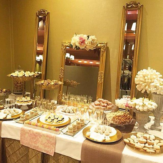 C mo decorar la mesa de postres en tu boda de oro for Mesa de postres para boda